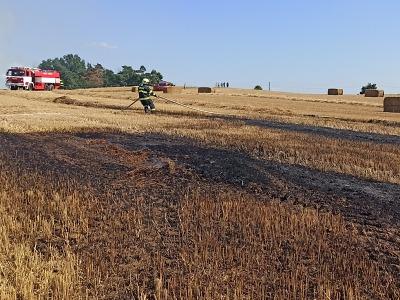 Hasiči likvidovali požár balíkovače na poli u Vlastibořic