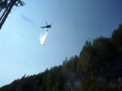 Vrtulník pomáhal hasičům hasit požár paseky u Kacanov v Českém ráji
