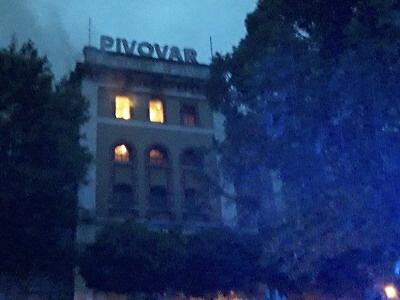 Ve Vratislavicích hořelo v areálu pivovaru. Zranili se dva hasiči