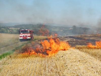 Hasiči zasahovali u požáru pole ve Stružinci
