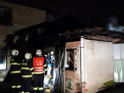 Požár zděného přístřešku u domu v Turnově zaměstnal hasiče