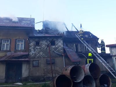 Při požáru domu na Smržovce hasiči zachraňovali muže po žebříku