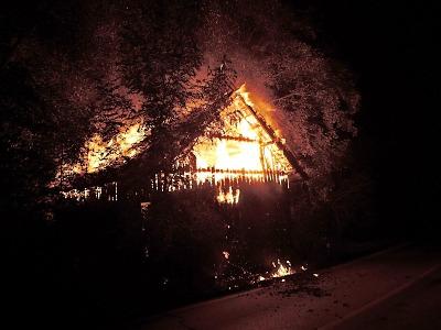 V Bořkově u Semil hořela stodola, zastaven byl i provoz na blízké silnici