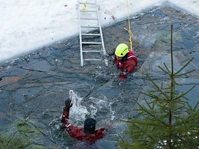 Opatrně na ledu, varují hasiči