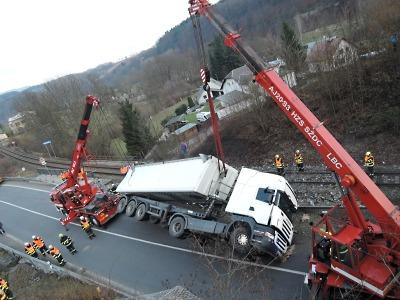 Převrácený kamion v Dolánkách zablokoval provoz na silnici u Turnova