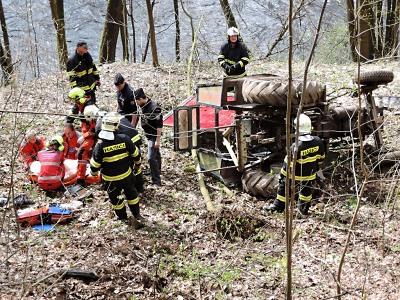 V Bystré nad Jizerou spadl ze srázu traktor, řidiče transportoval vrtulník