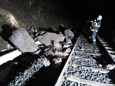 Vlak narazil v Košťálově do spadlých kamenů, cestující evakuovali hasiči
