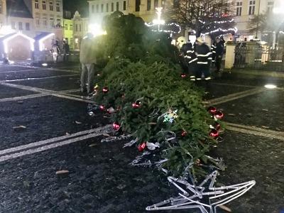 Hasiči zasahují u spadlých stromů, na zem šel i vánoční v České Lípě