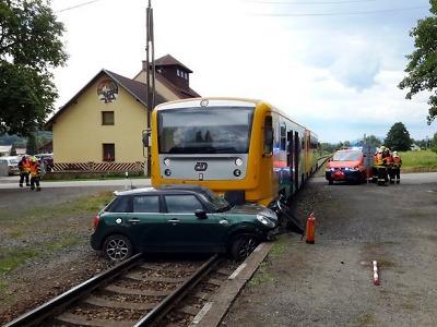 V Hrubé Skále se na přejezdu srazil vlak s autem