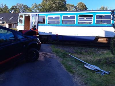 Hasiči vyprostili auto v Jablonečku a v Jilemnici se jiné srazilo s vlakem