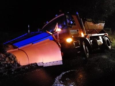 Na zasněžených silnicích v Pojizeří havaroval autobus a vzňal se sypač