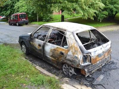 Noční bouřka lámala stromy a sloupy, ale hořela i auta