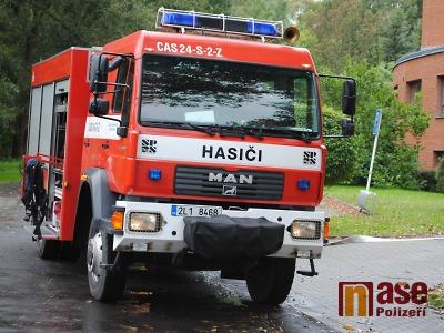 U požáru stodoly ve Sklenařicích zasahuje sedm jednotek hasičů