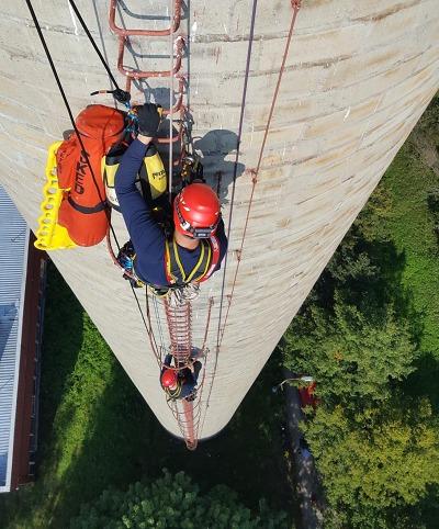 Semilští hasiči - lezci cvičili na továrním komíně