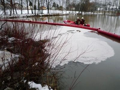 Nafta pronikla do rybníku ve Studenci, hasiči zabránili dalšímu šíření