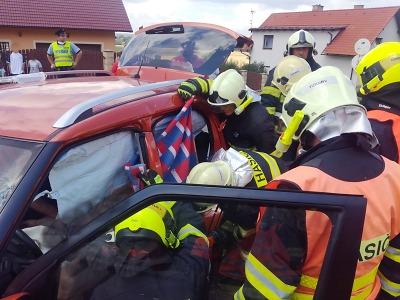 Při nehodě ve Všeni museli hasiči vyprostit zraněného