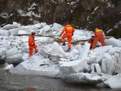 Střelmistři postupně likvidují  ledové kry na Jizeře