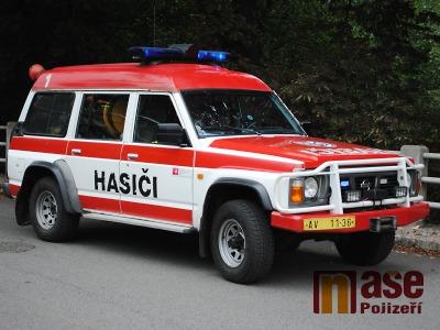 Na vrakovišti v Semilech se při požáru auta popálili dva muži