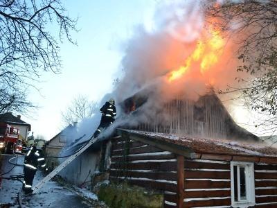 Roubenku v Bozkově zachvátily plameny, popálený majitel je v nemocnici