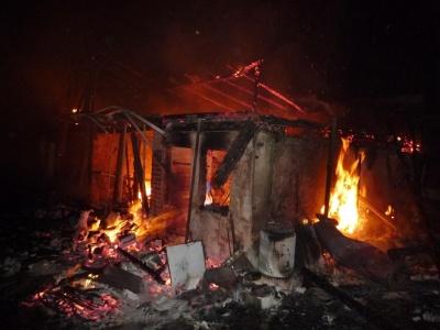 Při požáru roubenky se majitel nadýchal zplodin