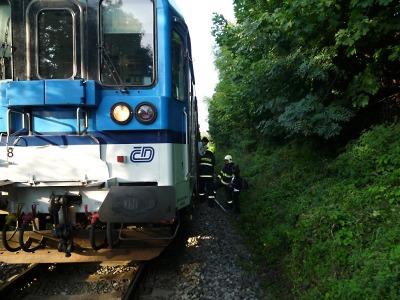 Po srážce s vlakem v Košťálově zemřelo nezletilé dítě