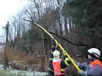 Sníh lámal na Semilsku stromy: Neprůjezdné silnice i výpadky elektřiny