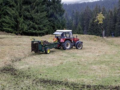 Na horských loukách v Krkonoších se opět hnojí
