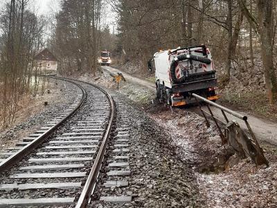 Hasiči vyprostili nákladní auto, které uvízlo u kolejí v Hrabačově