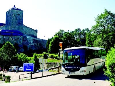 Turistické autobusy v Českém ráji přepravily o tisíce turistů víc než loni