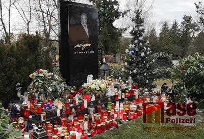 VIDEO: Na hrobě Karla Gotta svítí stovky svíček