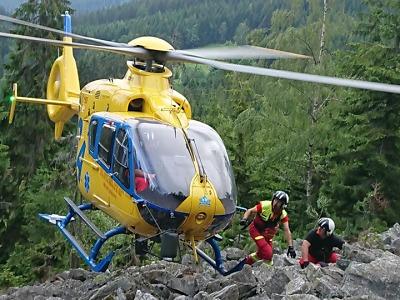 Horolezec spadl na Hnědých skalách, letěl pro něj vrtulník