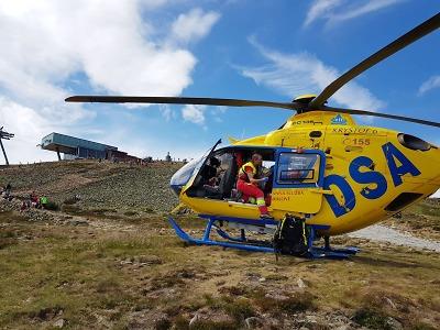 Pod vrcholem Sněžky pomocí defibrilátoru zachránili staršího muže