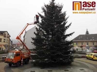 Na semilském náměstí instalovali osvícení vánočního stromu