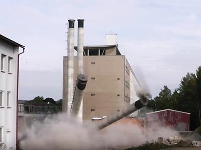 VIDEO: Jak padaly komíny v areálu firmy Dioptra Turnov