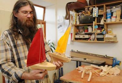 Od katedry utekl Jan Hoffman k dlátům, děti těší jeho dřevěné hračky