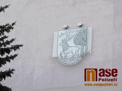 Místo mozaiky už zdobí dům na semilském náměstí znak s jelenem