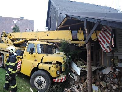 Semilští hasiči pomáhali u nehody, při které vjel jeřáb do rodinného domu