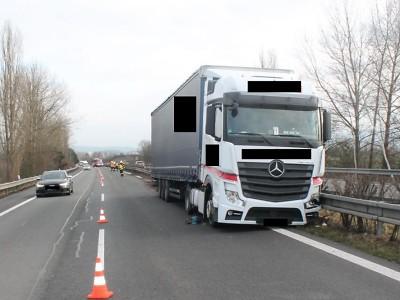 Řidič na dálnici u Přepeř zkolaboval, jeho manželka kamion zastavila