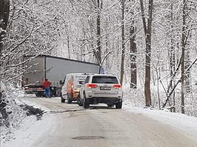 Po havárii kamionu je neprůjezdná silnice mezi Jeřmanicemi a Rádlem