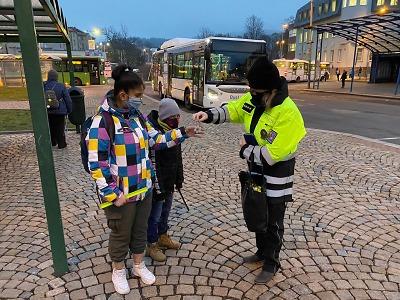 Policisté s Týmem silniční bezpečnosti apelovali na viditelnost chodců