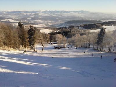 Sněhová nadílka lyžařům přála, v provozu už je i sjezdovka na Kozákově
