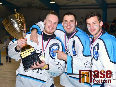 FOTO: Lomničtí hokejisté slaví po čtyřech letech krajský titul!