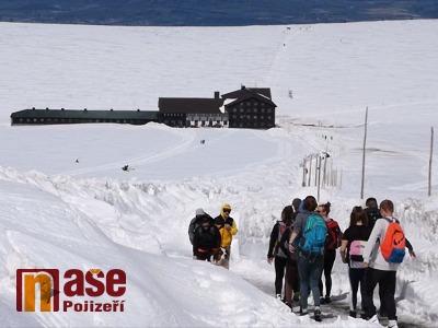 VIDEO: O slunečném víkendu vyrazily na vrchol Krkonoš stovky turistů