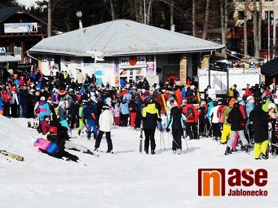 VIDEO: V krkonošském areálu v Polsku se o víkendu lyžuje