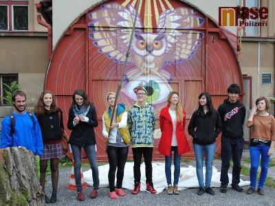 FOTO: Studenti ozdobili k výročí waldorfské školy zapomenutá vrata
