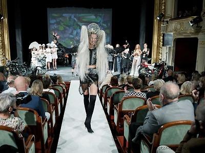 Show, jakou divadlo nezažilo, zdobily modelky i swingař Jan Smigmator