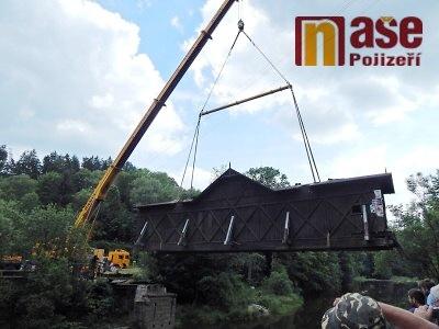 Roubený most v Bystré se dočká opravy, velký jeřáb jej přenesl na louku