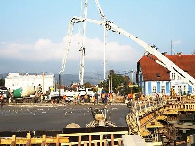 Obrazem: Betonování nového mostu ve Vrchlabí