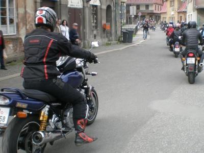 Policie hledá svědky řádění agresivního motorkáře