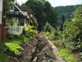 Zbabraný výkop ztrpčuje život obyvatelům Na Obci